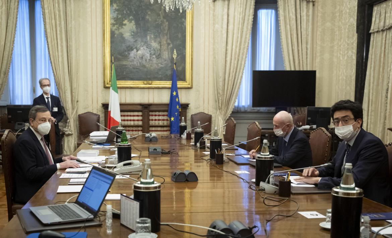 Draghi al tavolo delle consultazioni, nella foto con Tabacci del Centro democratico