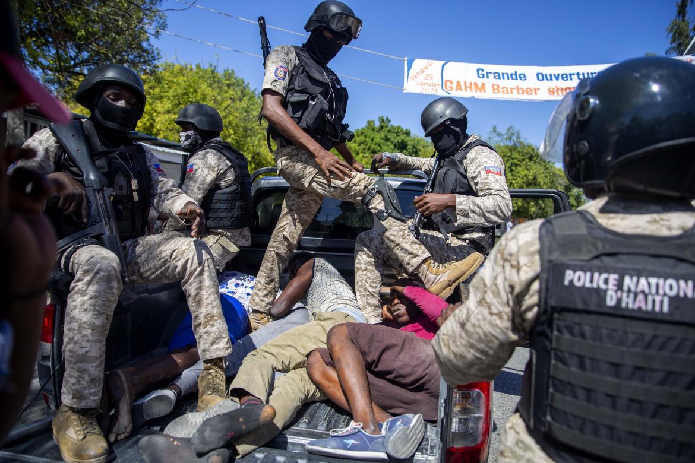 La polizia contro i manifestanti ad Haiti