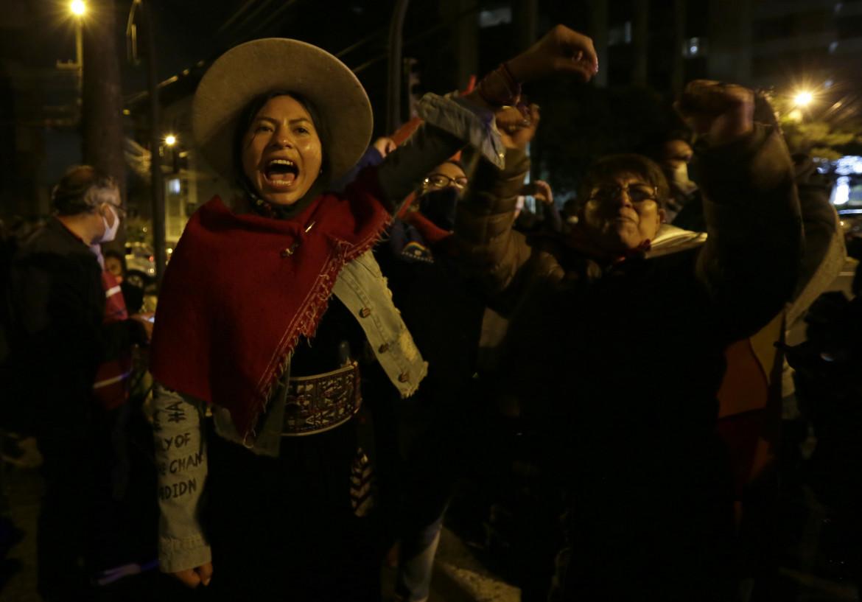 Sostenitrici del candidato presidente Yaku Perez festeggiano il risultato elettorale a Quito