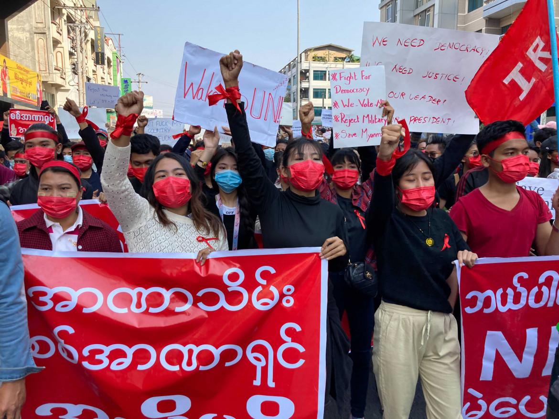 La manifestazione contro il golpe a Mandalay, in Myanmar