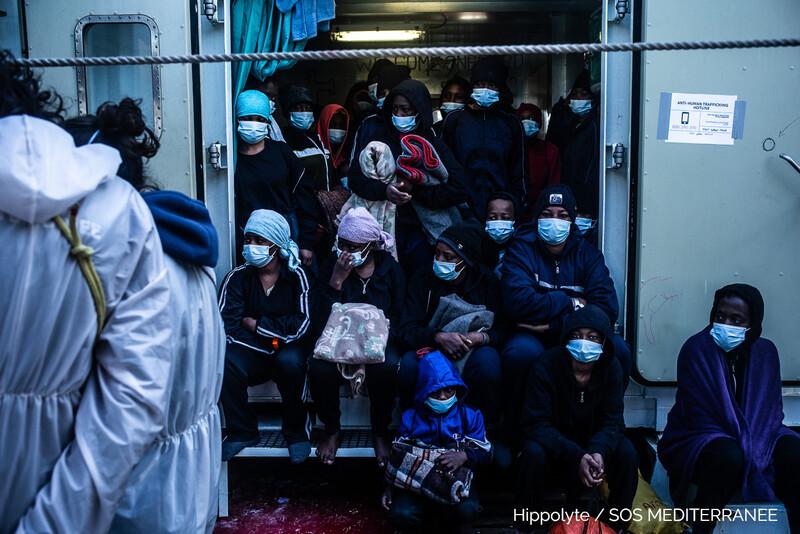 Alcuni migranti a bordo della Ocean Viking al loro arrivo ad Augusta