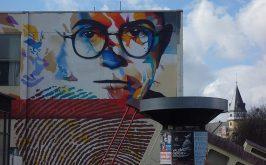 Un murale raffigurante Theodor W Adorno di Justus Becker e Oguz Sen licenza creative commons