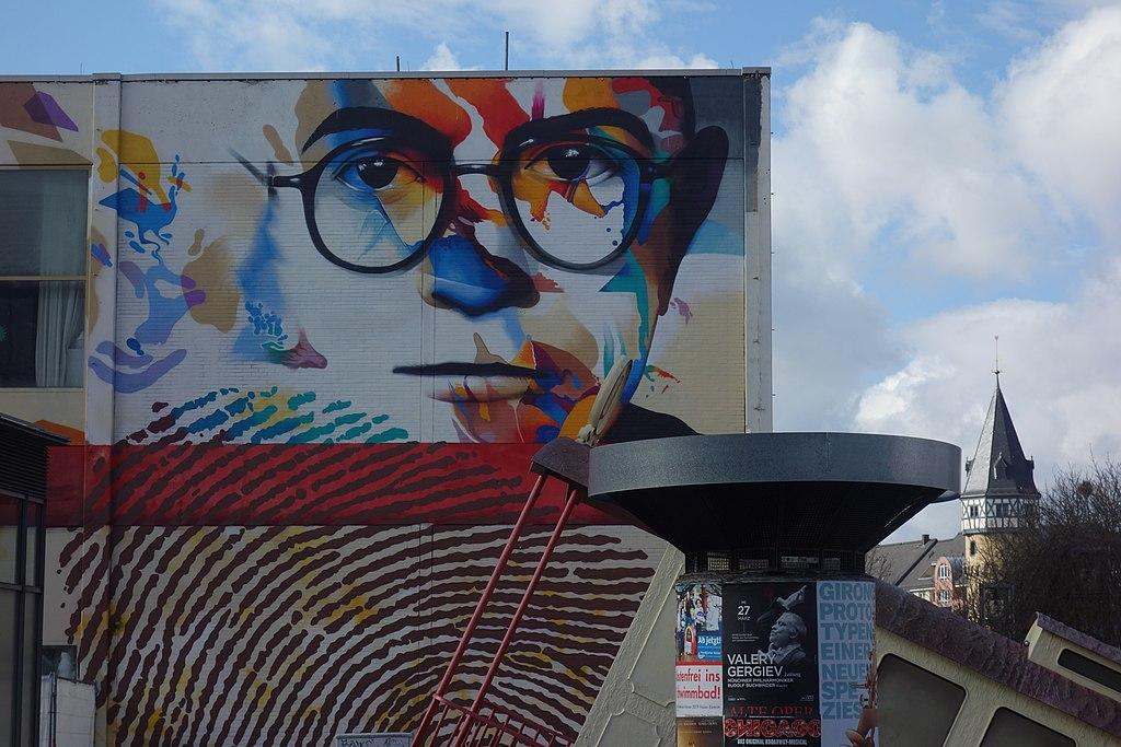 Un murale raffigurante Theodor W. Adorno, di Justus Becker e Oguz Sen (licenza creative commons)