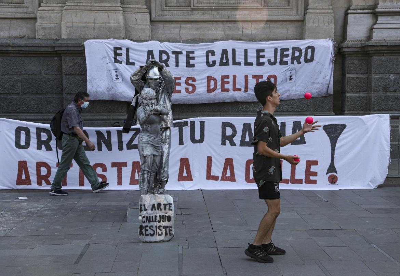 Protesta in strada dopo la morte del giovane giocoliere Francisco