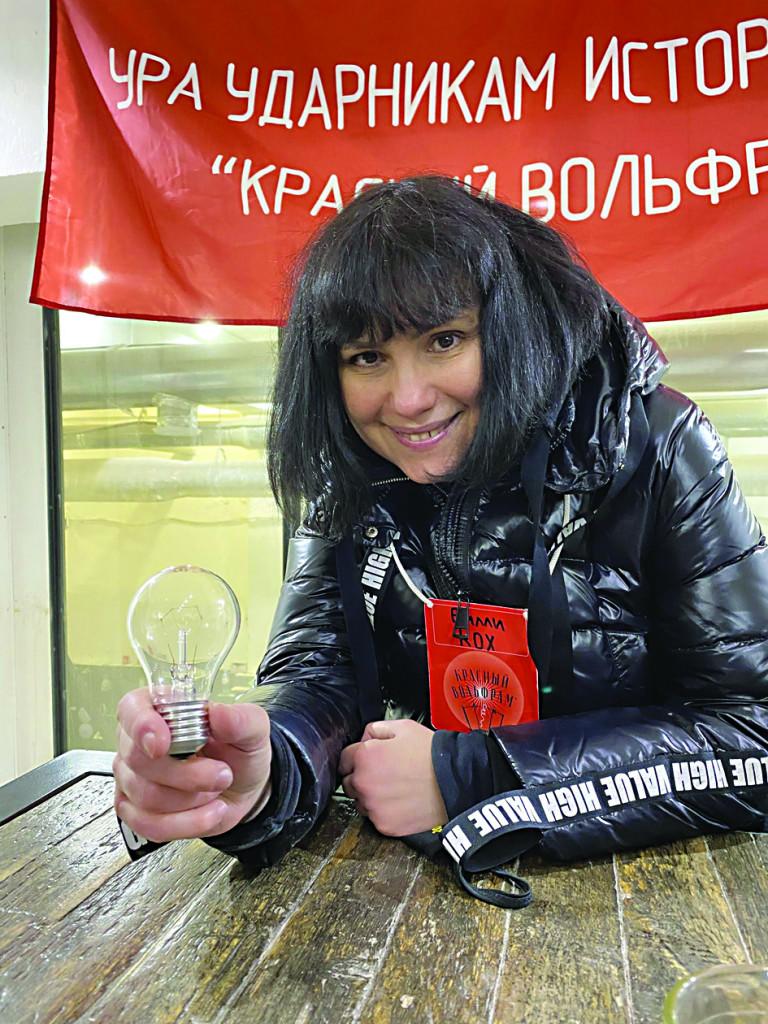 Marina Davydova; nelle altre immagini, Alexey Agranovich, nuovo direttore del Gogol-Center; Daria Serenko, artista femminista minacciata dall'estrema destra