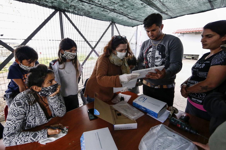 Coronavirus a Roma, la scuola primaria Melissa Bassi consegna tablet per lezione a distanza al campo rom di via di Salone (aprile 2020)