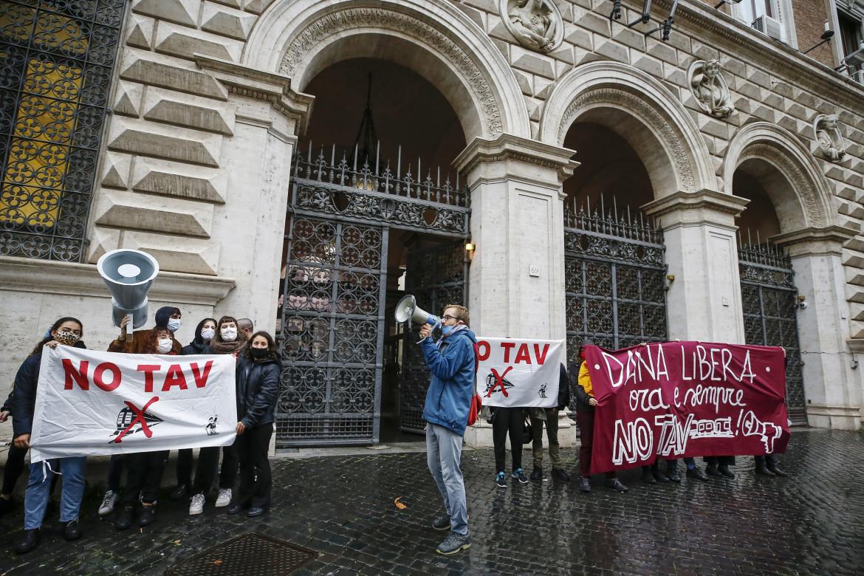 Protesta No Tav davanti al ministero di Grazia e Giustizia per la liberazione dell'attivista Dana Lauriola arrestata in Val Di Susa