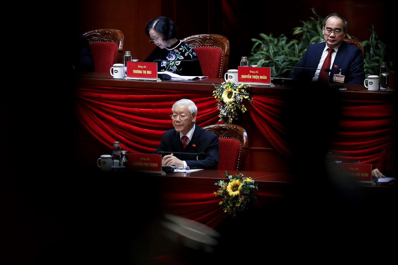 Nguyen Phu Trong, al centro, durante i lavori del congresso del partito comunista vietnamita