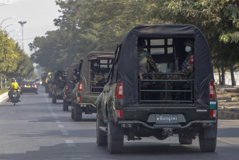 Militari per le strade di Mandalay, Myanmar