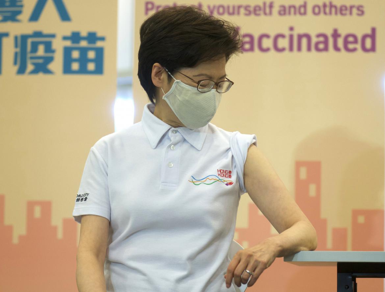 Carrie Lam durante la vaccinazione (con vaccino cinese)
