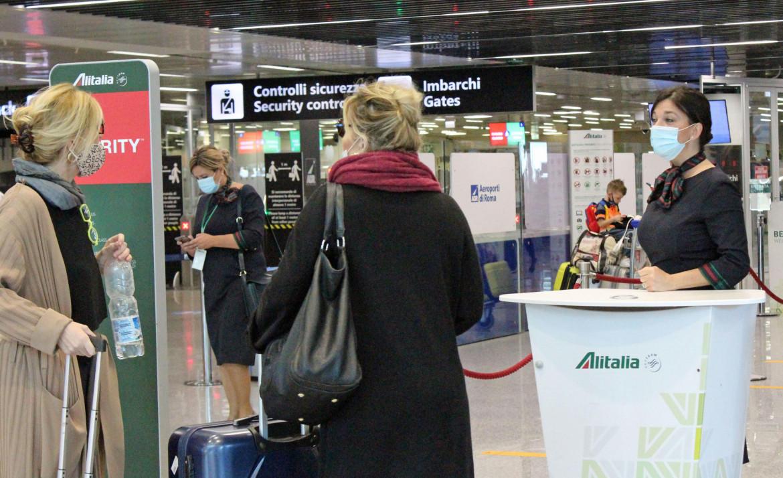 Personale Alitalia di terra al lavoro durante il Covid