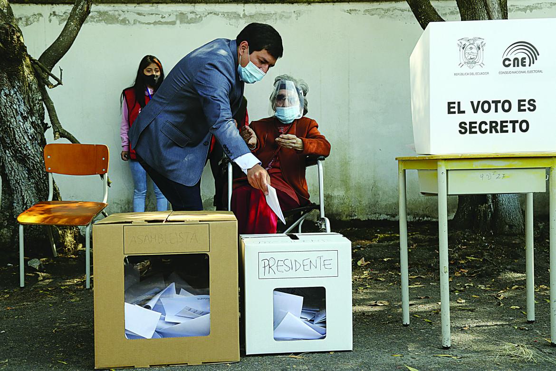 Arauz, al voto con la nonna, è ora il favorito