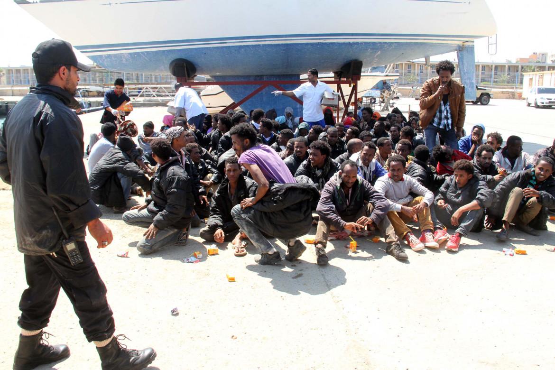Migranti nel porto di Tripoli