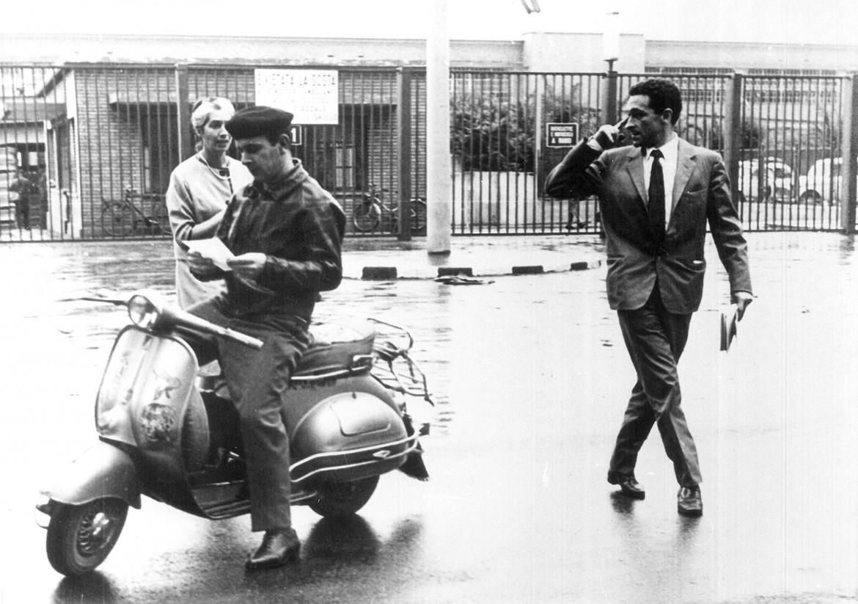 Raniero Panzieri con la moglie Pucci davanti ai cancelli della Fiat