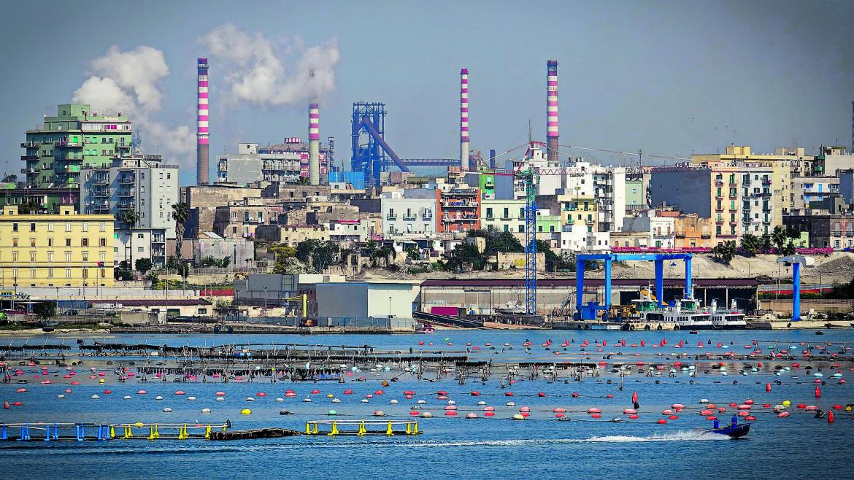 L'ex Ilva di Taranto vista dal mare