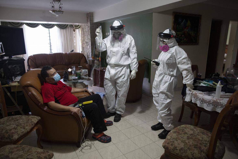 Caracas, visita domiciliare a un malato di Covid-19 dei volontari «Angeli della Strada»