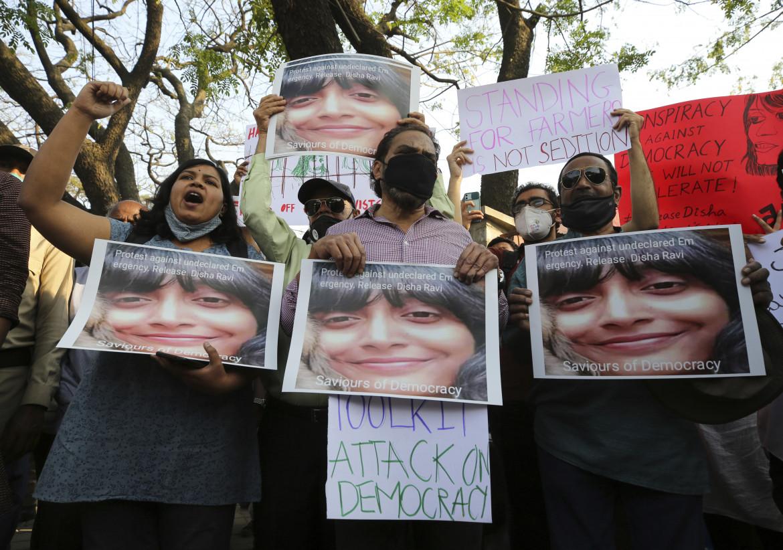 Protesta in India dopo l'arresto di Disha Ravi