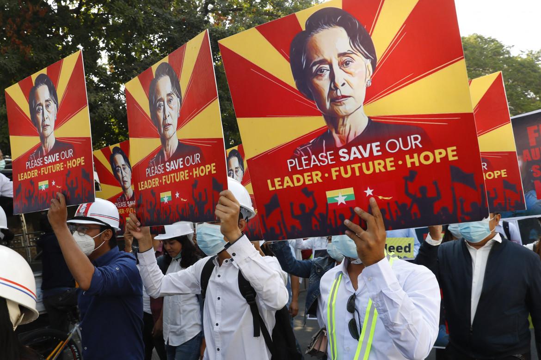 La protesta degli ingegneri, ieri a Mandalay, contro il golpe che ha deposto Aung San Suu Kyi