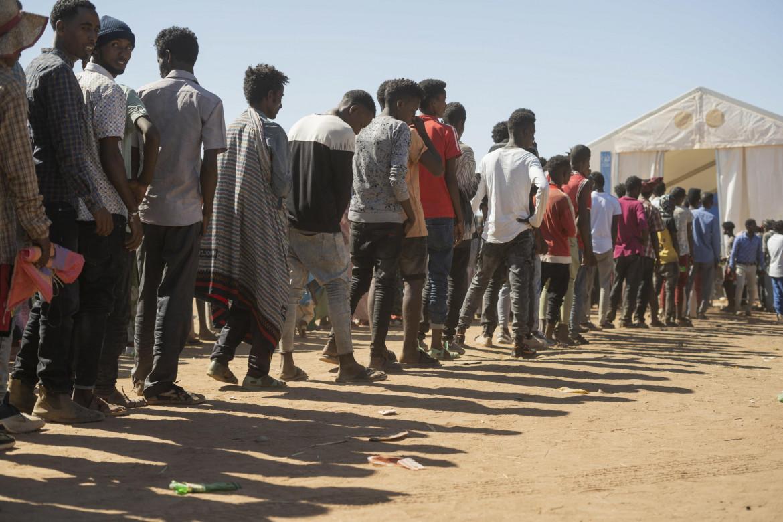 Profughi del Tigray in coda per il cibo nel campo profughi di Um Rakuba, in Sudan