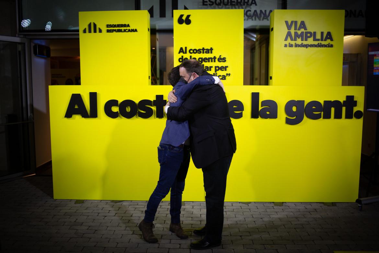 L'abbraccio tra il candidato presidente di Erc Pere Aragonés e Oriol Junqueras