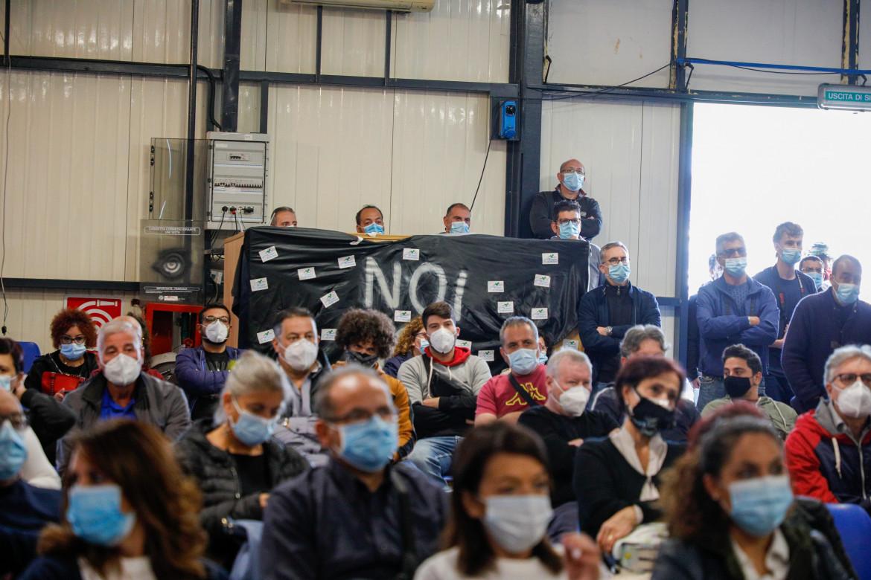 L'ultima assemblea dei lavoratori Whirlpool di Napoli