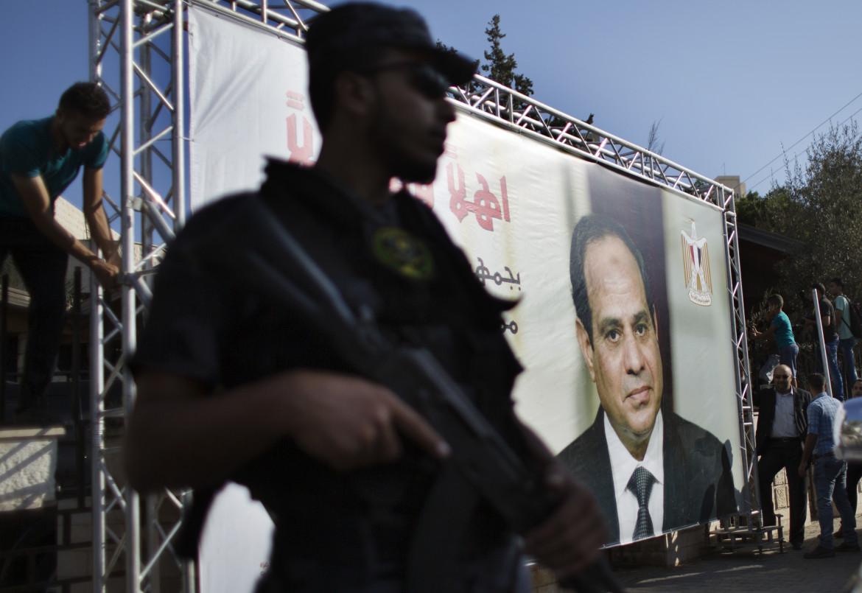 Un poster con il volto del presidente egiziano al-Sisi a Gaza, durante il dialogo tra Hamas e Fatah