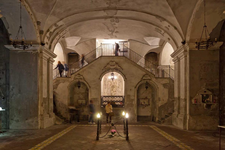 Interni della chiesa di Santa Maria delle anime del Purgatorio ad Arco, nel centro di Napoli