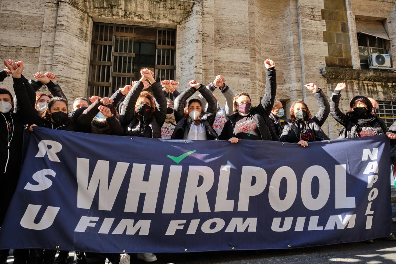 Gli operai Whirlpool di Napoli sotto il Mise