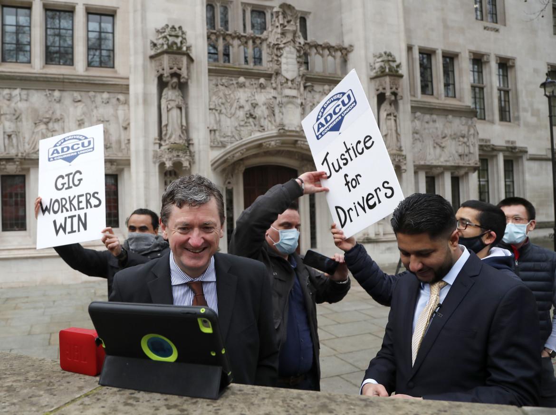 Gli autisti Uber festeggiano a Londra