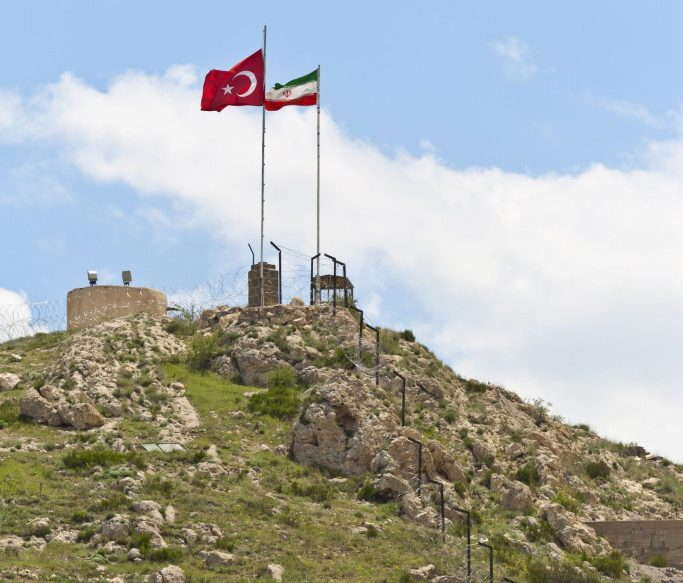 Di qua la Turchia. di là l'Iran, in mezzo le comunità azere delle zone più povere della Repubblica islamica