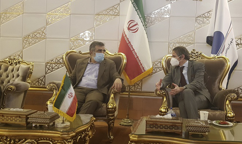 Il direttore dell'Aiea Rafael Grossi con il portavoce dell'agenzia atomica iraniana Kamalvandi