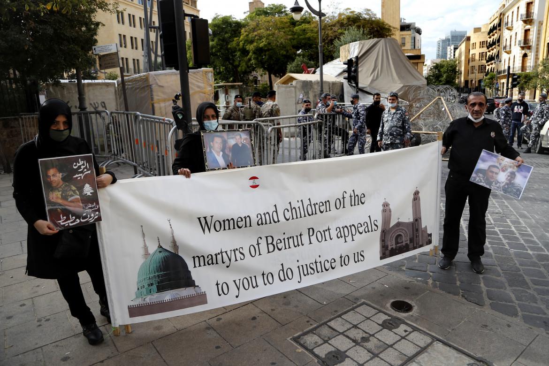 Presidio davanti al parlamento libanese dei parenti delle vittime dell'esplosione al porto di Beirut
