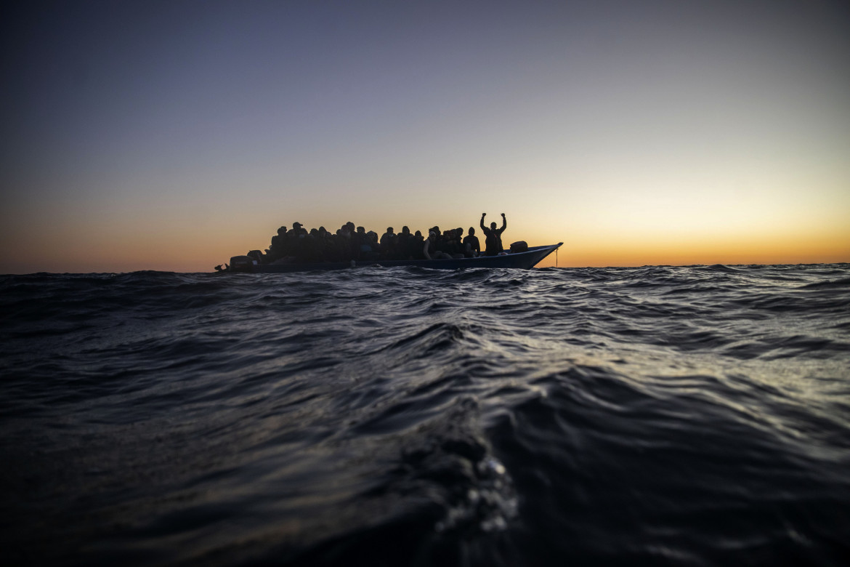Gommone con sopra persone in viaggio nel Mediterraneo