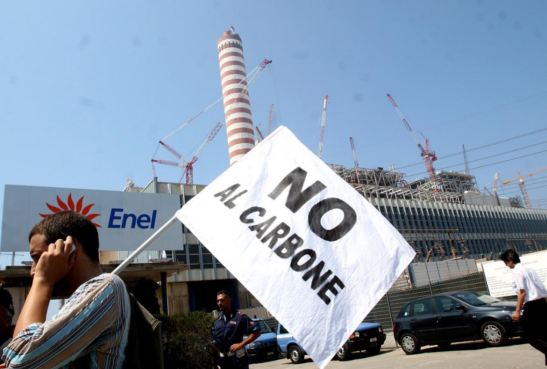 Una manifestazione alla centrale Enel di Civitavecchia