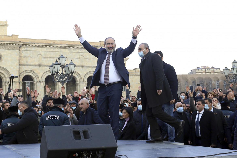 Armenia, il premier in piazza