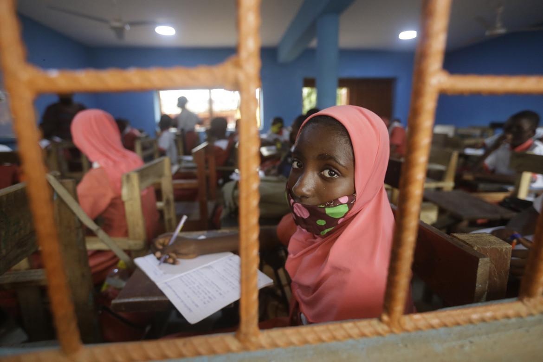 Una studentessa della Oregun Junior and Senior High School di Lagos
