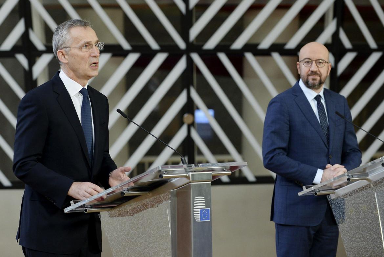 Il segretario generale della Nato Jens Stoltenberg e il presidente  del Consiglio europeo Charles Michel ieri a Bruxelles