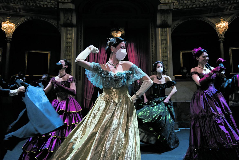 Una scena delle prove de La Traviata, regia di Mario Martone