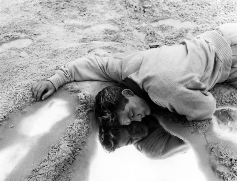 Jean Marais in una scena del film Orfeo diretto  nel 1950 da Jean Cocteau