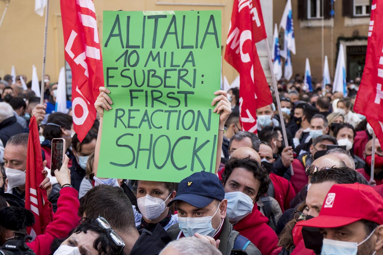 La protesta dei lavoratori del trasporto aereo ieri a piazza Montecitorio