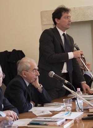 Roberto Garofoli (in piedi) con Giuliano Amato