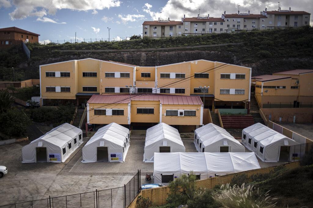 Le tende montate nel cortile di una scuola a El Laso, Las Palmas, per accogliere i migranti