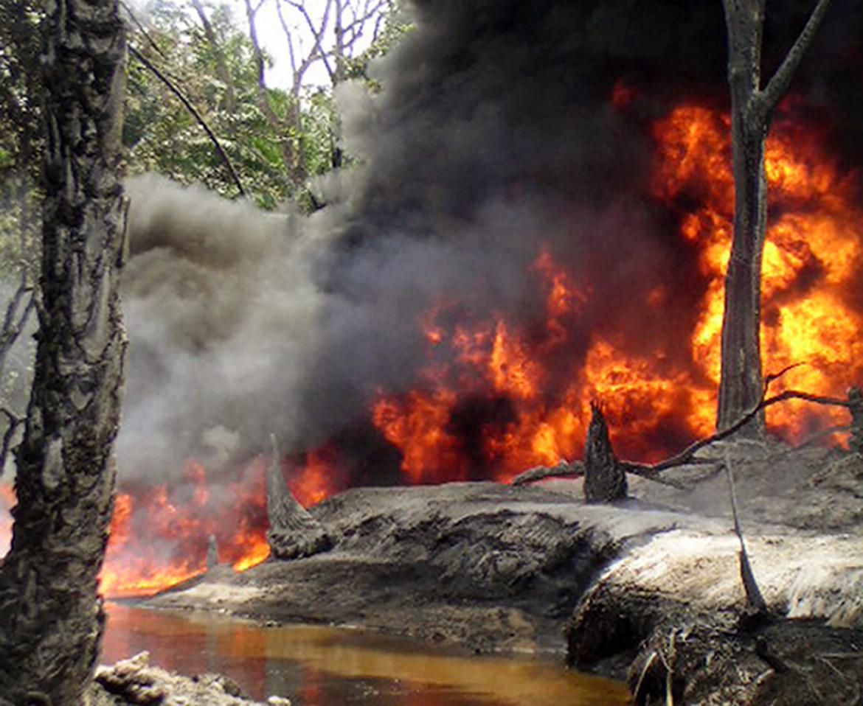 Una pipeline in fiamme nei pressi del villaggio di Goi, in Nigeria