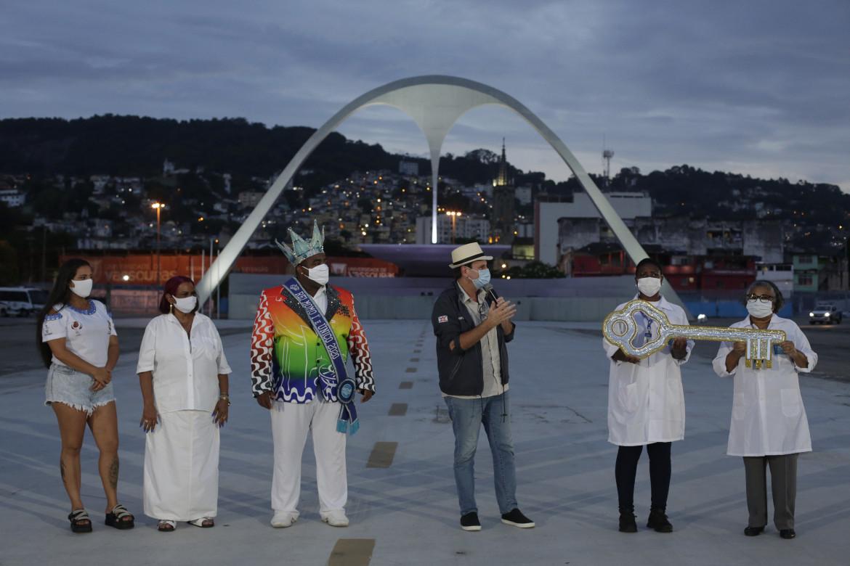 Rio, 12 febbraio, le chiavi della città vengono simbolicamente consegnate da Rei Momo al personale sanitario che quest'anno opera nel sambodromo