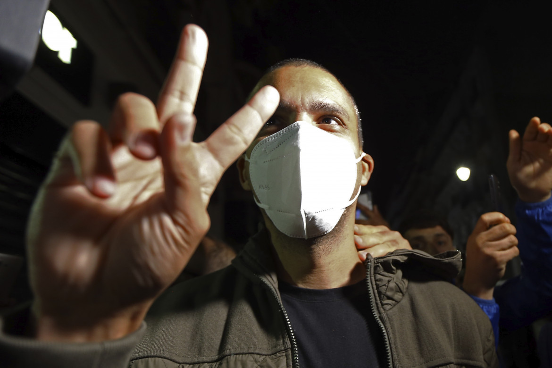 Il giornalista Khaled Drareni dopo il rilascio
