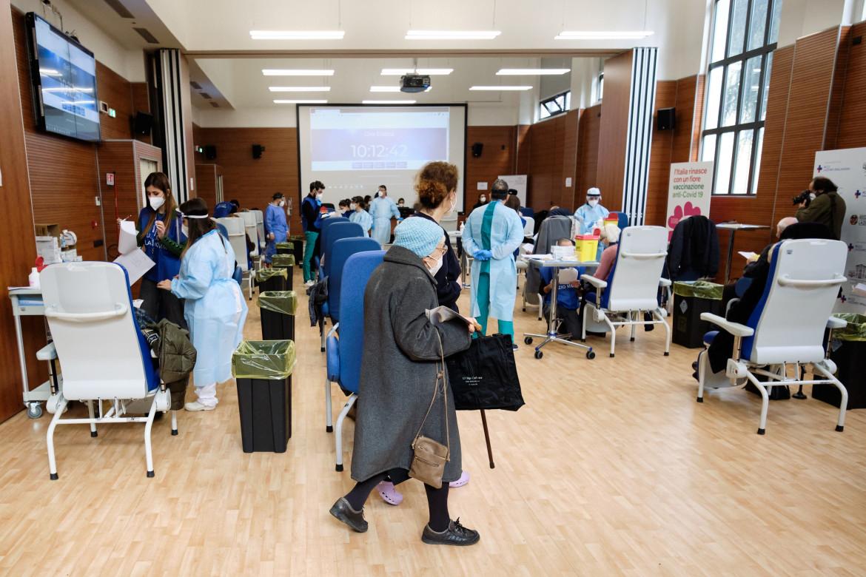 Campagna vaccinale per gli over 80 allo Spallanzani, Roma