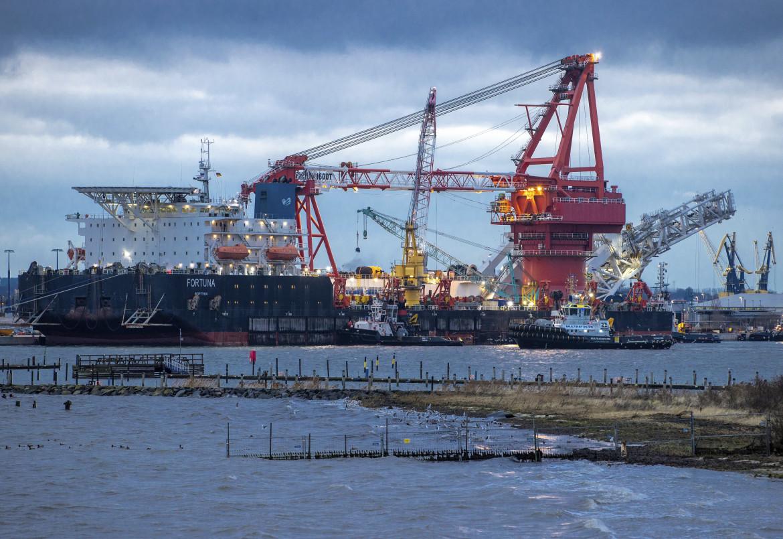 La nave posatubi russa Fortuna nel porto di Wismar, Germania, in basso Olaf Scholz