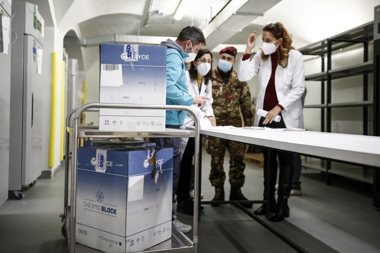 Arrivo dei vaccini AstraZeneca all'Asl di Roma