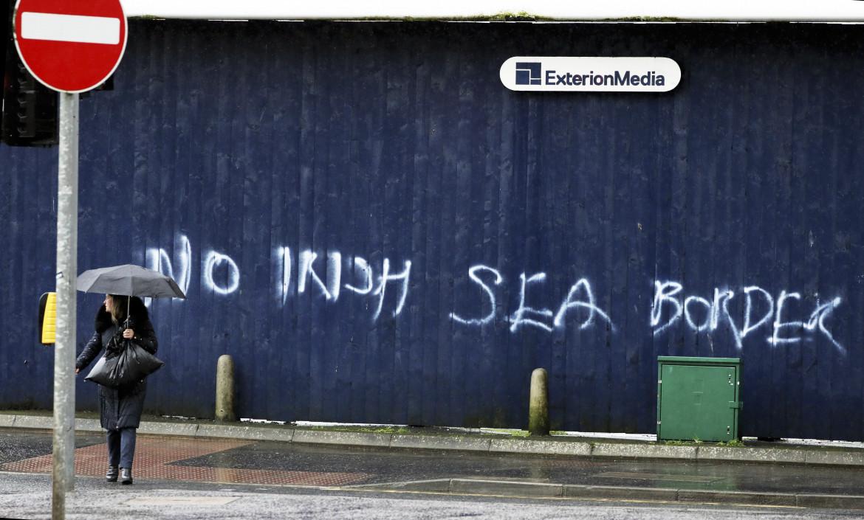 Scritta nel centro di Belfast, «Nessun confine marittimo d'Irlanda»