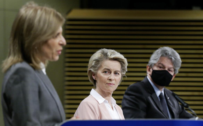 Stella Kyriakides, Ursula von der Leyen e Thierry Breton